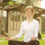 vrouw mediteren in kleermakerszit 800px