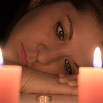 vrouw kaarsen